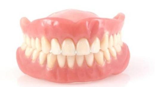 Falešné zuby kouření
